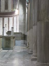 les colonnes et la séparation en calcaire blanc pour les moines